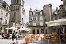 Brive-la-Gaillarde à moins de 10 km de Sainte-Féréole. Nombreux magasins, restaurants, supermarchés...
