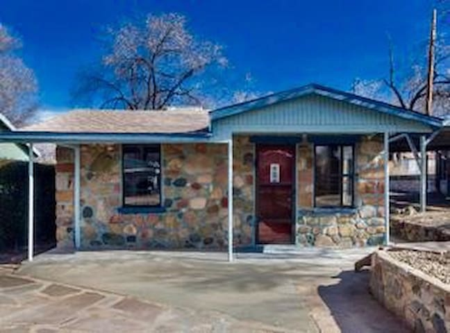 Cozy Stone Cottage close to town. - Prescott - Casa