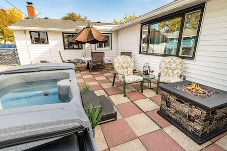 "5★ 15 Min from Airport, New Queen, Hot Tub & 50""TV"