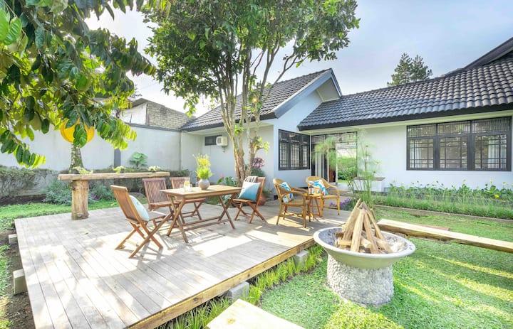 Warren's Villa Lembang: Outdoor Deck, BBQ, Firepit