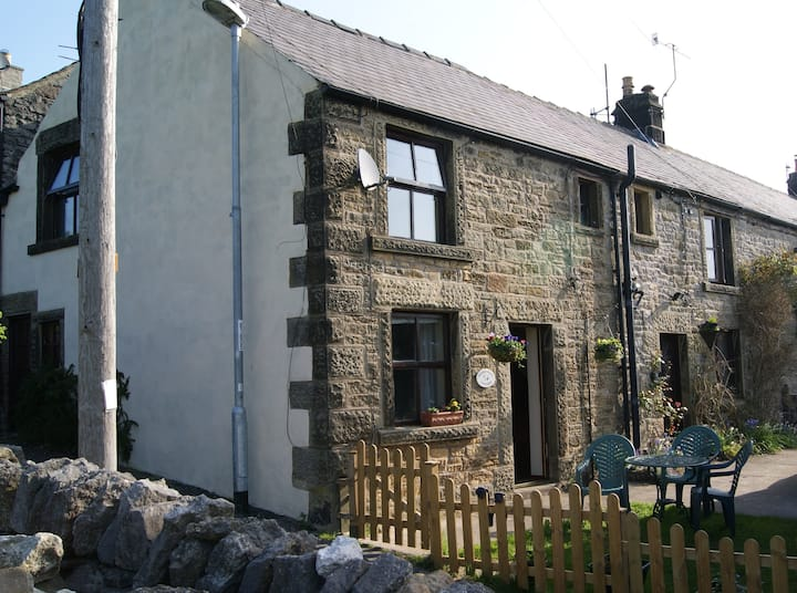Penny Pint Cottage, Youlgrave - walk, rest, unwind
