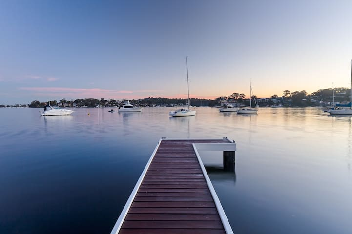 Lakehouse Fishing Pt - Waterfront, pool and jetty!
