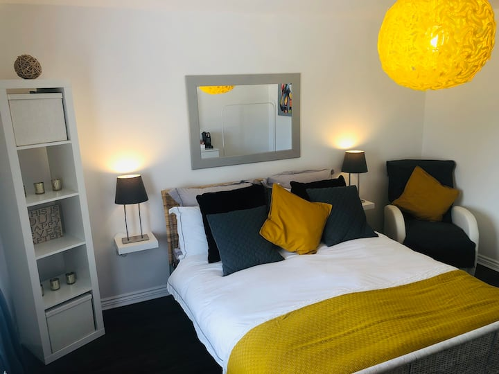 Large lux private room, en- suite. Work or holiday