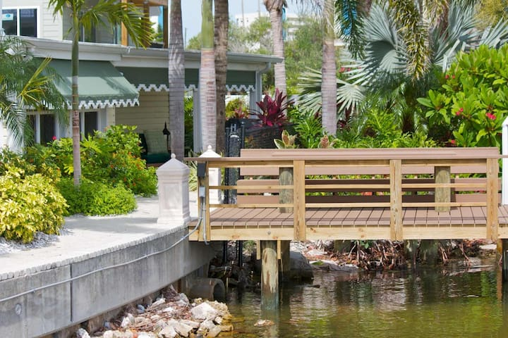 Bayfront Luxury Waterfront Cottage. Private Dock.  Waterfront Pool Access. - Madeira Beach - Huis