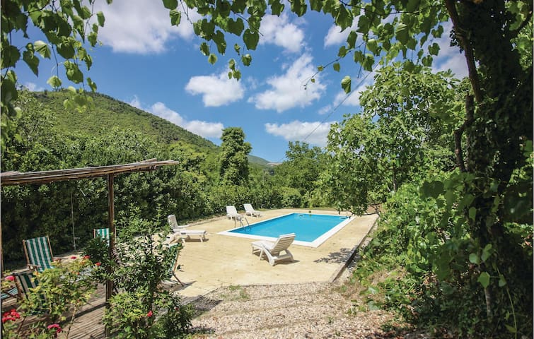 Holiday cottage with 5 bedrooms on 260 m² in Pratella CE