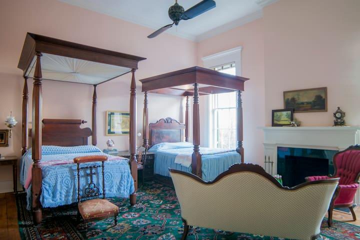 Antebellum Mansion - the Debutante Suite @ Belmont