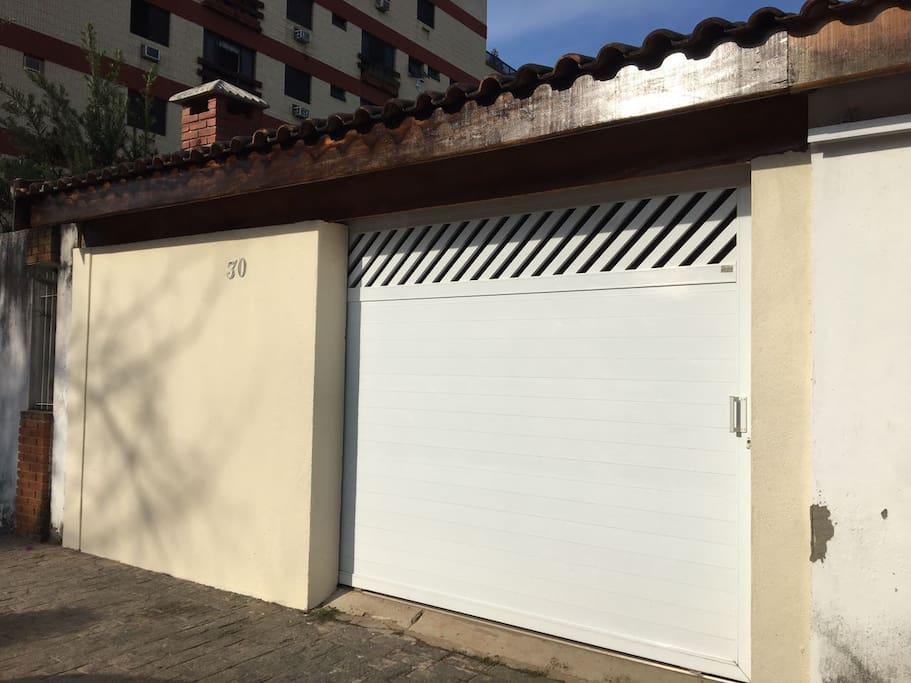 Entrada para garagem e acesso a casa