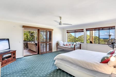 Getaway with ocean views, en suite and balcony. - Tugun - House