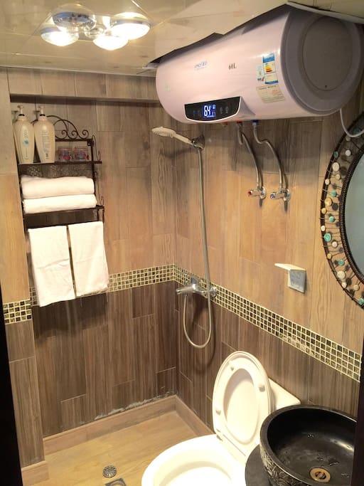 卫生间洗浴用品齐全