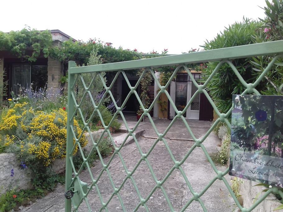 Main gate - Portail
