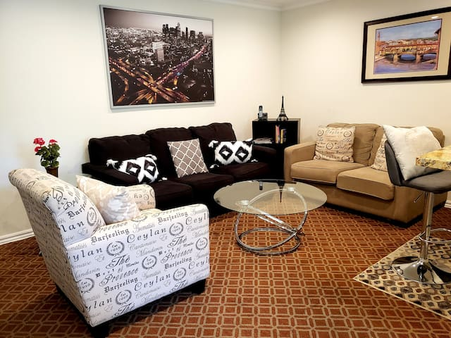 Wow! West Hollywood 1 BR condo: Near Sunset Strip!
