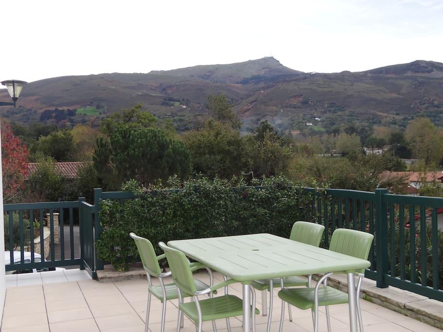 Terrasse attenante au coin repas. Au calme avec magnifique vue sur la Rhune et le village.