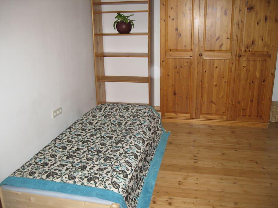 Bett Regal und Schrank