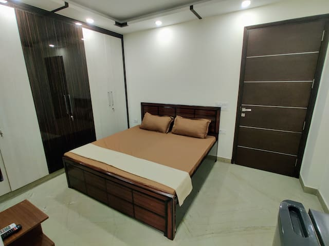 Premium Private Studio Apt w/ WiFi,Lift & King Bed