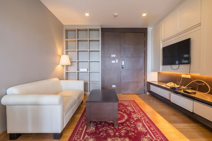 Light and Modern 1 bed 1 bath Condo in the Bang Na Neighbourhood