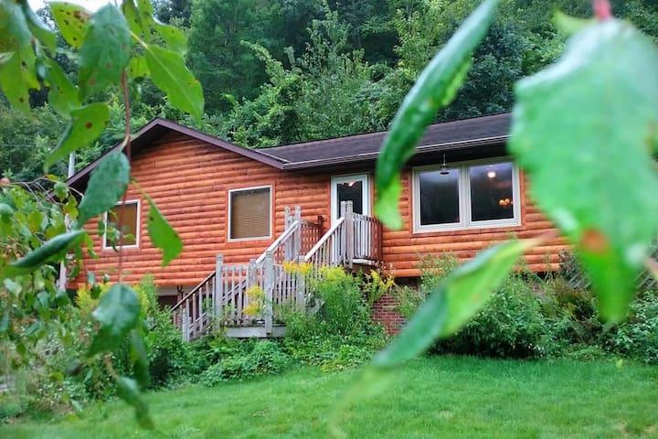 White Pine Cottage  w/ XL Hot Tub Jacuzzi