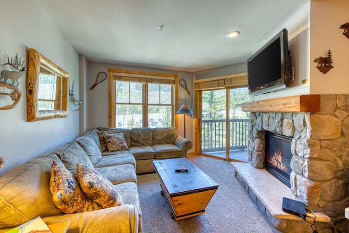 Spacious, resort condo w/private balcony, shared pool & hot tub. Walk to slopes!
