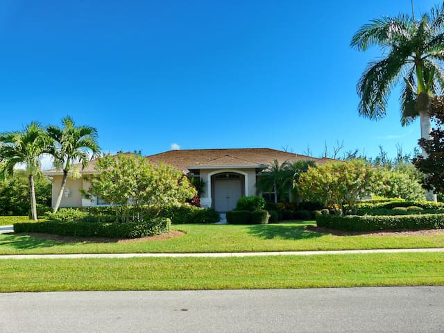 Secluded retreat w/ heated pool, hot tub & walk to Shops of Marco