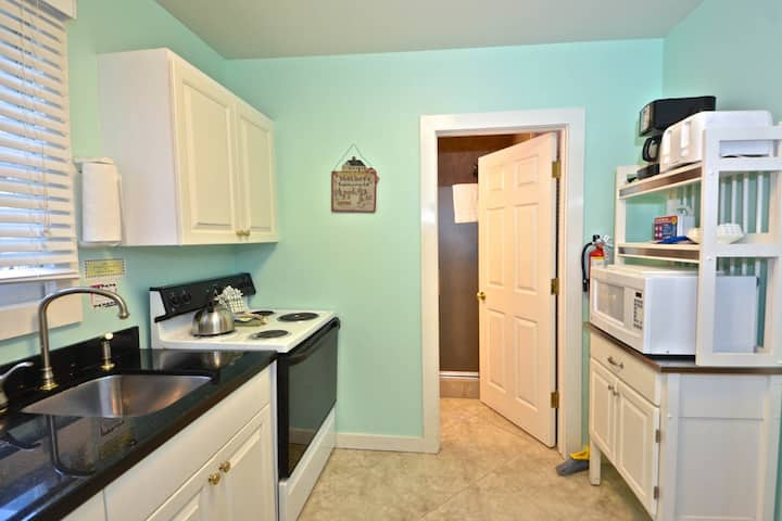 Cozy, dog-friendly cottage w/ patio - walk to shops, restaurants, and more!