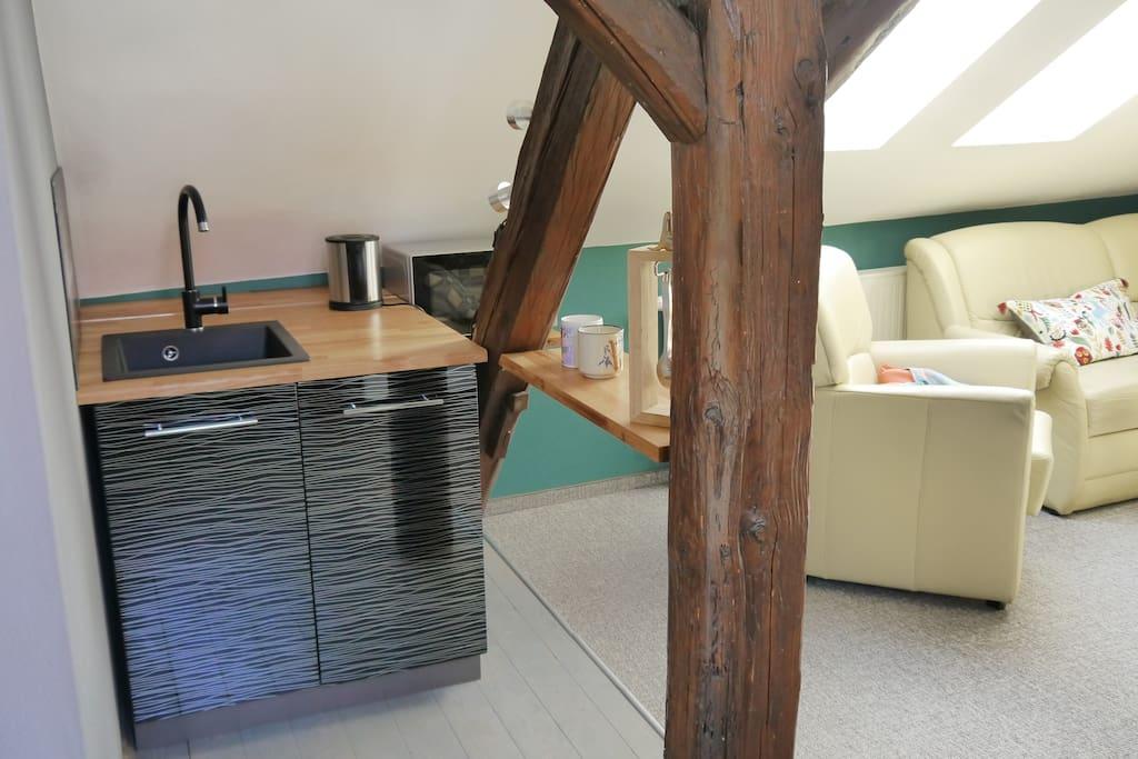 Miniküche mit Wasserkocher, Kühlschrank und Mikrowelle