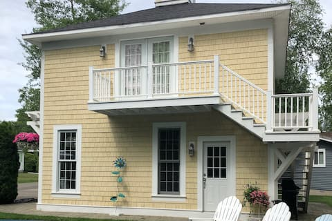 Adorable Carriage House sleeps two adults