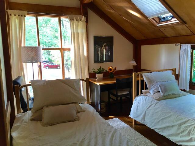 Asian style home, two single beds, full breakfast - Amherst - Bed & Breakfast
