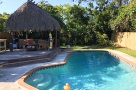 Boca Cottage Private POOL/TIKI HUT/small dogs ok