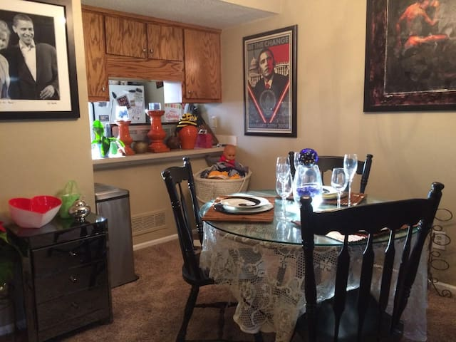 Sweet 2 Bedroom Condo by Downtown & the Plaza Kcmo
