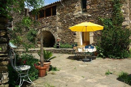 La Clède, une petite cabane de pierres. - Peyremale