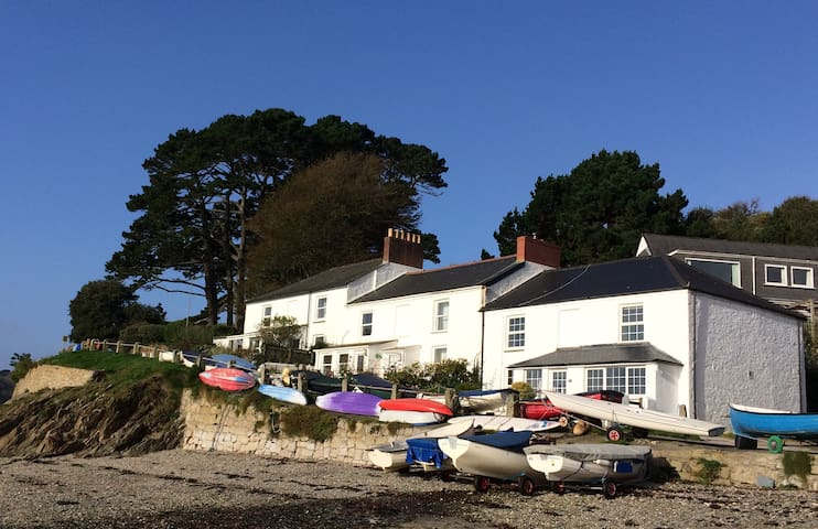 Helford Passage. Lovely beachside cottage