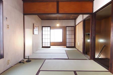 A traditional house in Nezu, 5 min from Nezu sta. - Bunkyō-ku - Huis