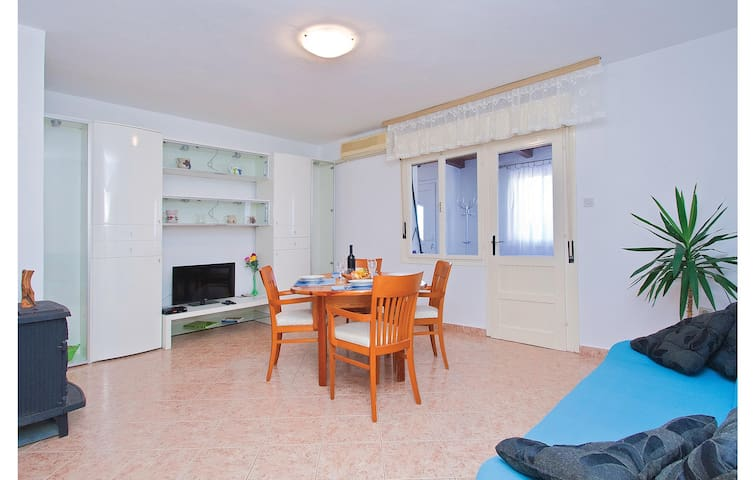Holiday apartment with 2 bedrooms on 95m² in Rojnici