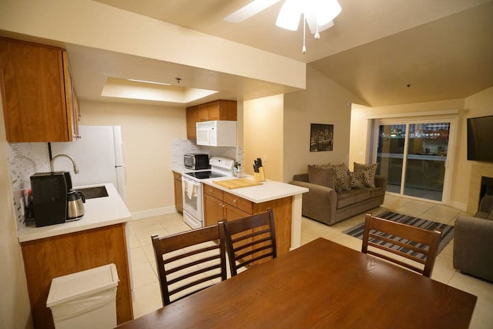 SLEEK 2BR King Condo Minutes from the Strip