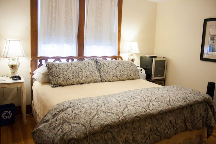 Bright Star Room - DeBourge Guesthouse
