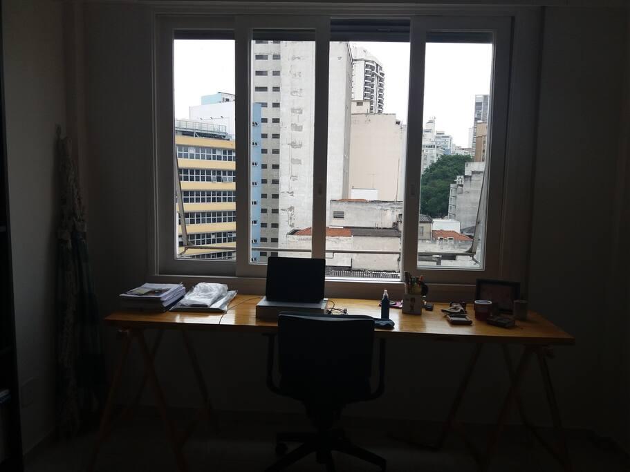 Uma ampla mesa de trabalho