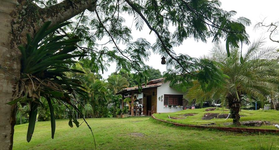 Casa da Pedra: friozinho, paz e muito verde.