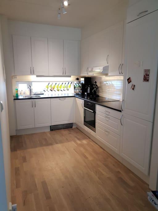 Kjøkken, oppvaskmaskin, kaffemaskin.