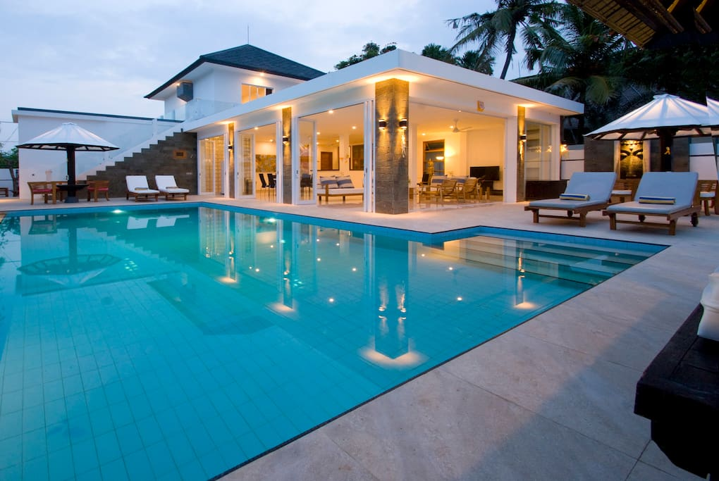 Villa Lovina-beach 2, Brandnew spacious and luxurious beach villa for up to 8 persons, with private pool and own boat
