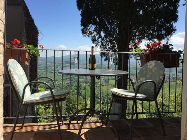 Beautiful Town-house in Todi with Stunning Views - Todi - Ev