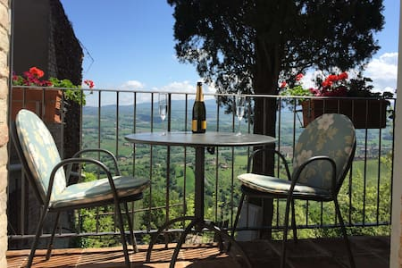 Beautiful Town-house in Todi with Stunning Views - Todi - Rumah