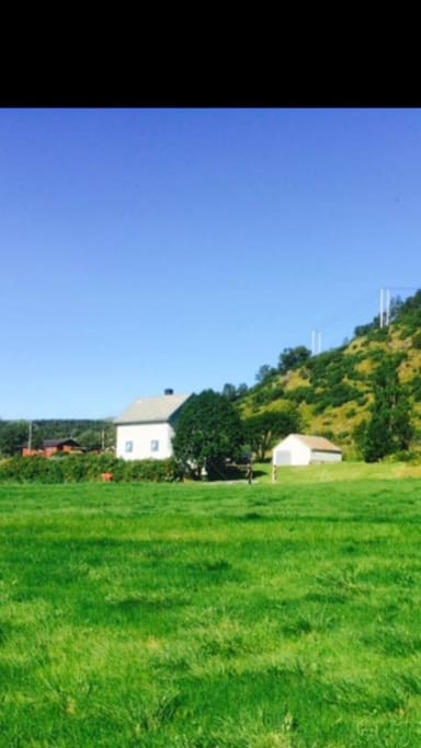 Frittliggende og landlig. Tursti fra eiendommen opp til Husbykollen 513 moh. Populært turmål med fantastisk 360 graders utsikt.