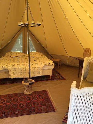 Nous proposons un hébergement en Tente de Luxe, pas d'électricité dans les tentes, prise disponible pour vos portables vers la Maison.