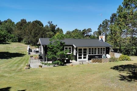 Ebeltoft hytte med stor(!) ugeneret have.