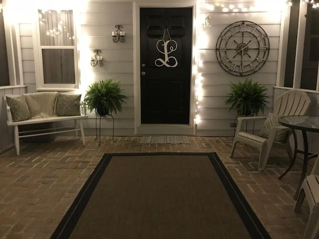 Clean and Cozy  Minutes to Downtown Columbia