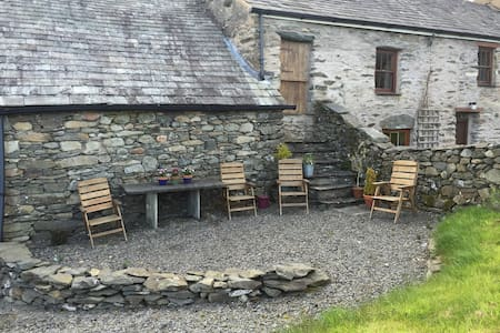 Welcoming Cumbrian Farmhouse - Thwaites - House