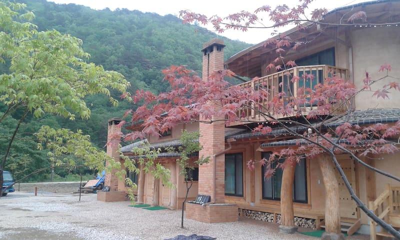 달이랑 - 김삿갓흙집이야기(농립축산식품부 우수농가민박 선정) - Gimsatgat-myeon, Yeongweol - Maan sisään rakennettu talo