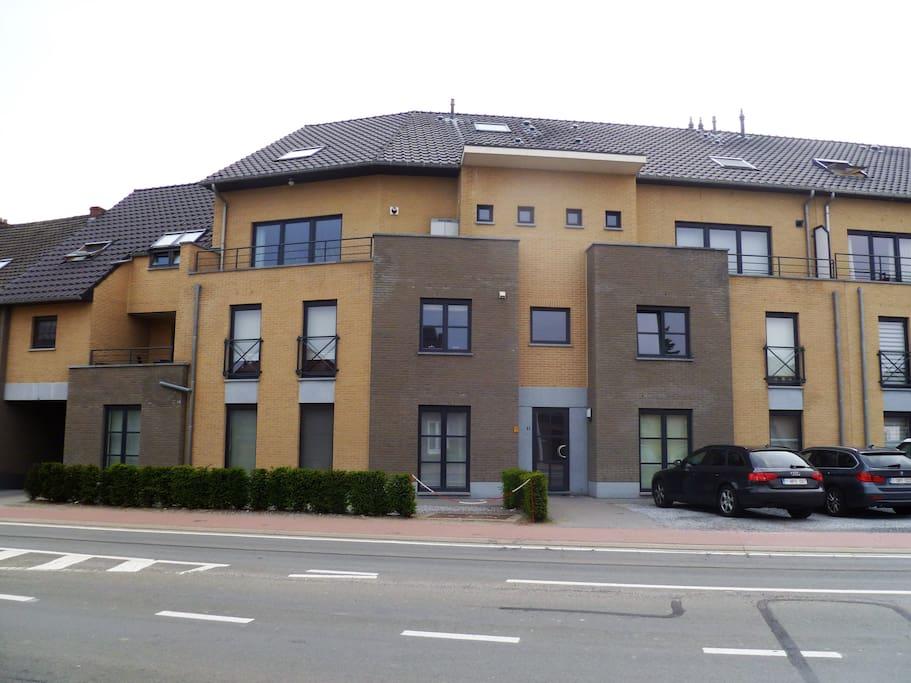 Locatie in appartement gebouw , centraal gelegen. Gratis parking voor de deur of ondergronds garage