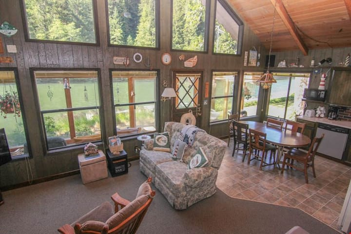 The Crabbing Cabin - Cozy Rustic Cabin with Sun Porch Puts You Right on the River