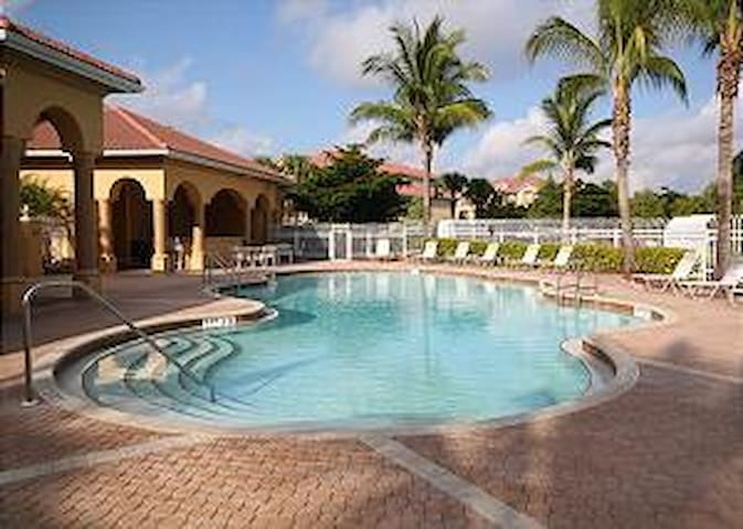 Beautiful condo close to beach, golf, shopping & entertainment REDUCED JAN RATES