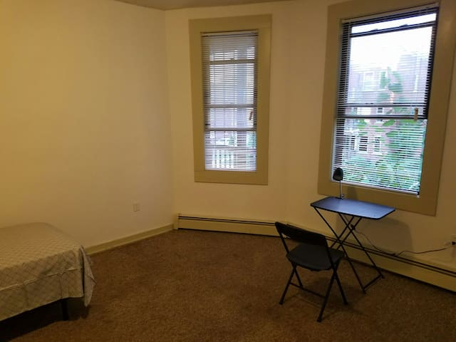 Large private room near Downtown! - Hartford - Apartamento